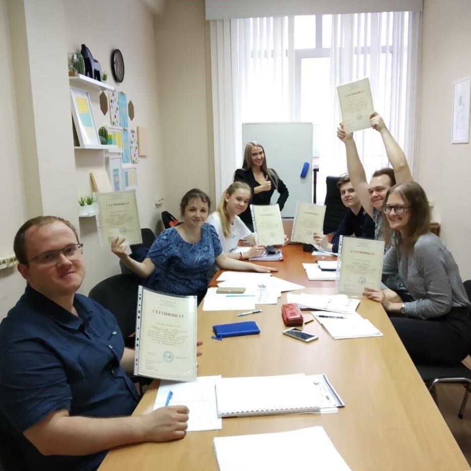 Студенты получили сертификат по окончании курса чешского языка