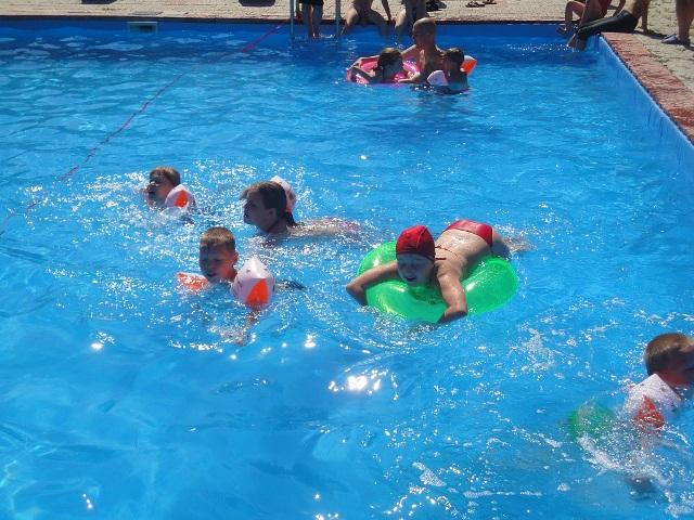 бассейн в летнем лагере